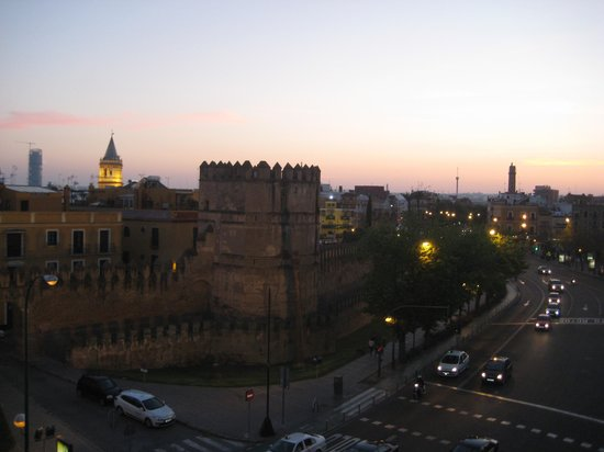 Hotel Sevilla Macarena: View to old wall from sun terrasse