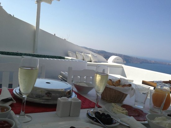 Aliko Luxury Suites: Breakfast on the terrace!