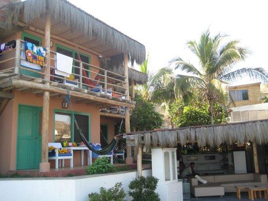 Hotel Puerto Palos: Habitaciones al lado de la piscina