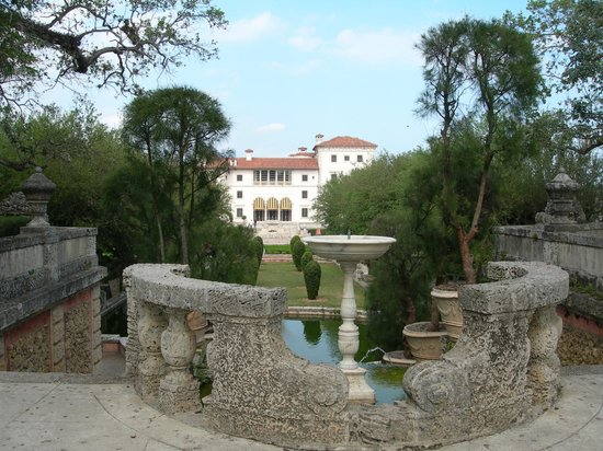 Vizcaya Museum and Gardens : Photo from garden fountain towards Vizcaya