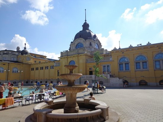 Szechenyi Baths and Pool: inner yard with main building