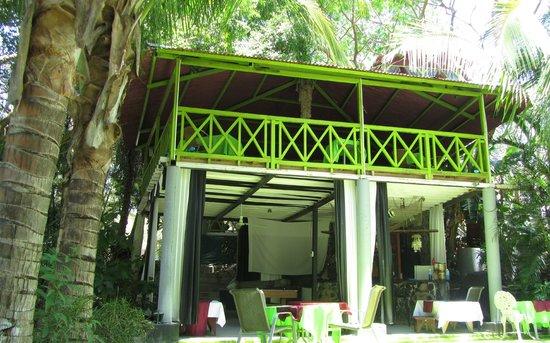La Tropicale Beach Lodge: Vue de la piscine : le restaurant
