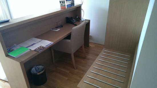 Son Spa: Desk area behind bed