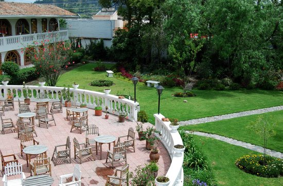 La Posada del Quinde: The outside patio and gardens