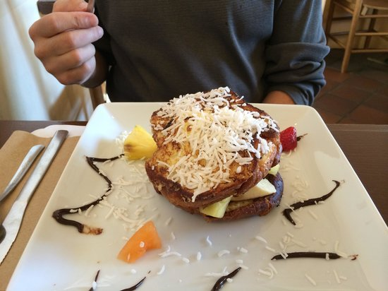 Clafoutis French Bakery & Restaurant : Coconut French toast with fresh fruit