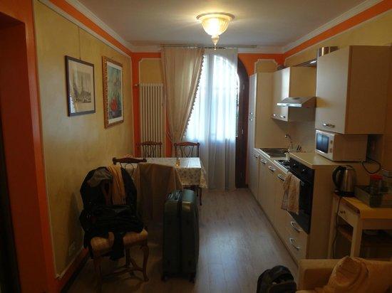 Corte dei Santi: Гостиная-прихожая-кухня