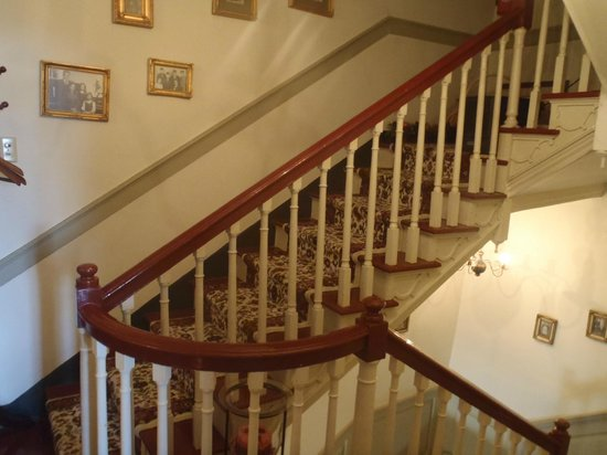 Brownstone Colonial Inn: Stairs to Rooms