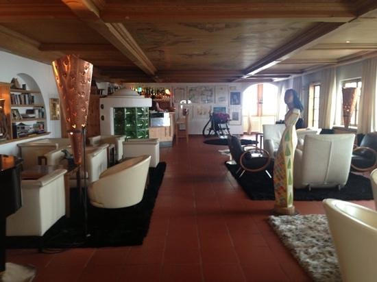 Romantik Hotel Turm: bar & living room view