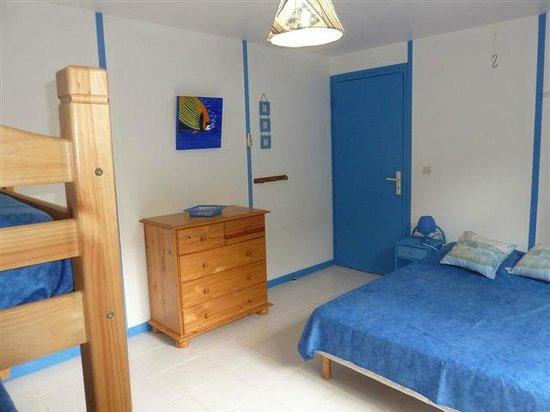 Les Jardins de Pointe Noire : Chambre bleue, climatisée, avec un lit double 140 et 2 lits simples superposés