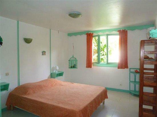 Les Jardins de Pointe Noire : Chambre verte, climatisée avec lit de 160cm