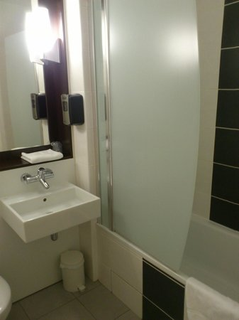 Campanile Luxembourg Airport: Batroom with bath
