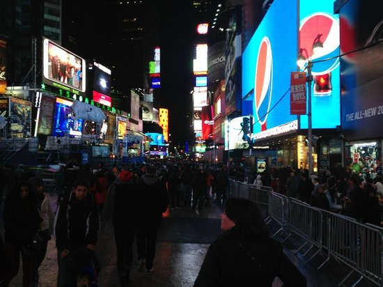 Times Square : Thousands of people
