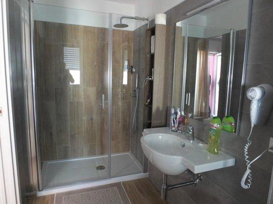 Hotel Gardenia: mega doccia