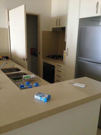 Meriton Serviced Apartments Kent Street: kitchen