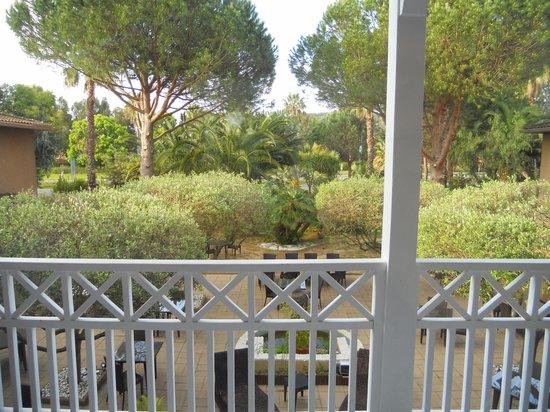 H Hotel : giardino