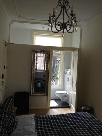 Hotel Toon: high ceiling, chandelier, light filled bathroom