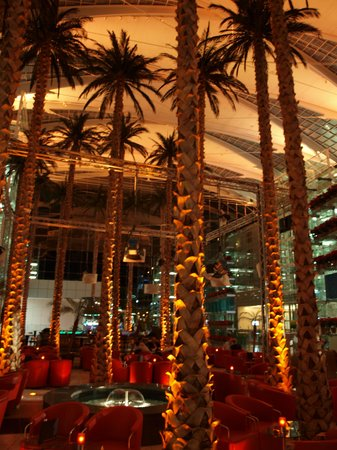 Hilton Munich Airport: Højt til loftet og palmer (kunstige) i foyeren