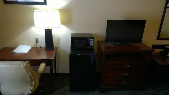 Hampton Inn Madison: TV, Refrig and Micowave