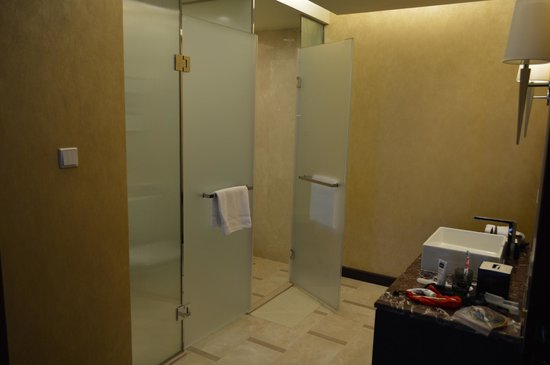 The Imperial Mansion, Beijing Marriott Executive Apartments : Washroom in second bedroom