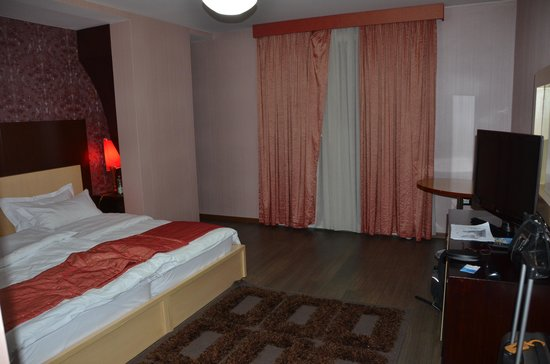 White Dream Hotel: Inside with double bed