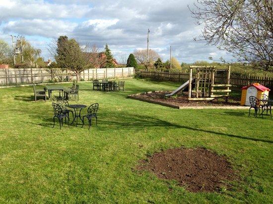 Chequers Inn: beer garden