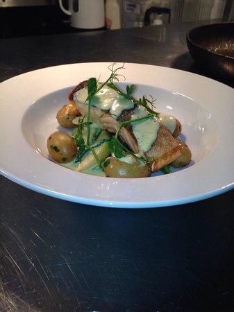 Chequers Inn: Salmon samphire asparagus hollandaise perfect