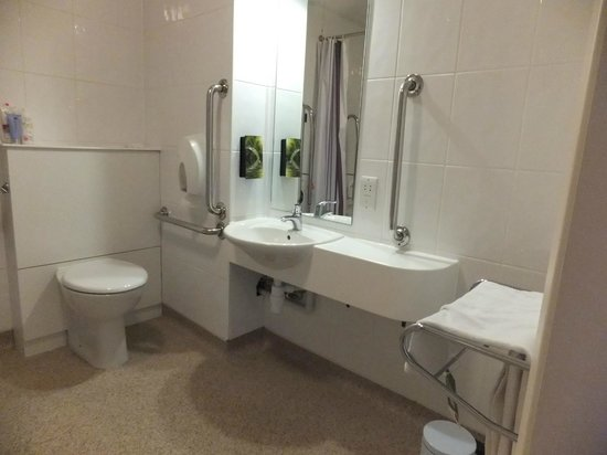 Premier Inn Durham City Centre: Bathroom for disabled visitors