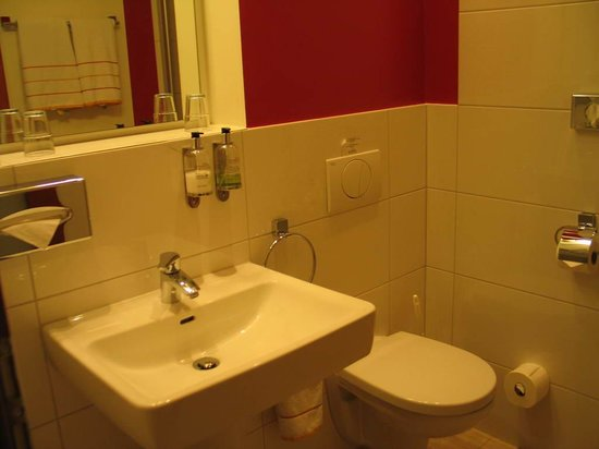 Bayrischer Hof: Hotel Bayrisher Hof - bathroom
