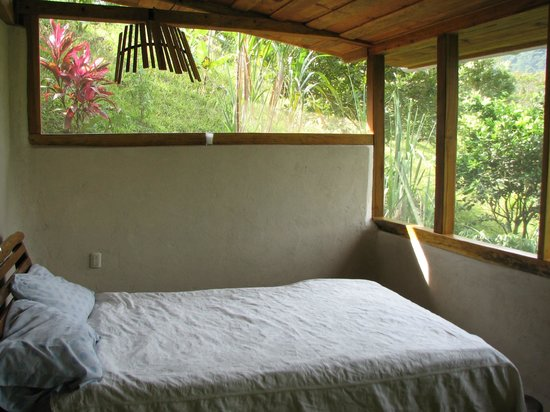 Omega Tours Eco Jungle Lodge: A jungle room with terrific comforts!