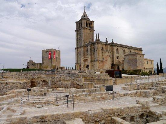 Fortaleza de la Mota: GENERAL DE IGLESIA Y CASTILLO