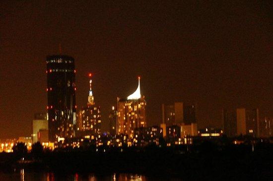 Hilton Vienna Danube Waterfront: Nachtbild Richtung UNO-City