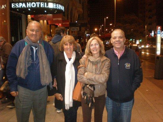 Senator Gran Via 70 Spa Hotel: Dimas, Chino, Mariana y Tito, en la puerta del Senator