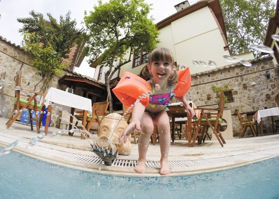 La Paloma Pansion: Playing by the pool