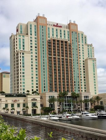 Tampa Marriott Waterside Hotel & Marina: Hotel from the riverwalk side