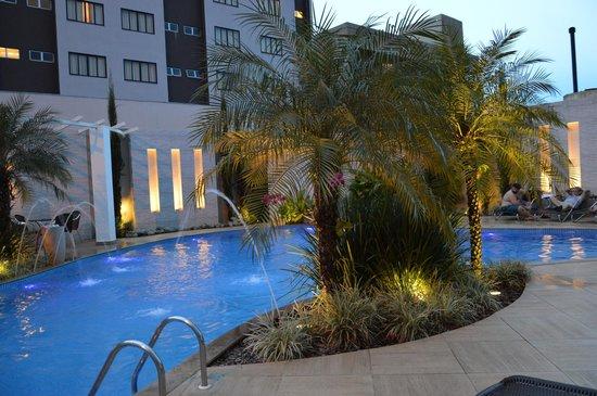 Nadai Confort Hotel & SPA: Piscina a noite