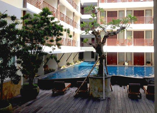 Sun Island Hotel & Spa Kuta: Piscina e quartos voltados internamente