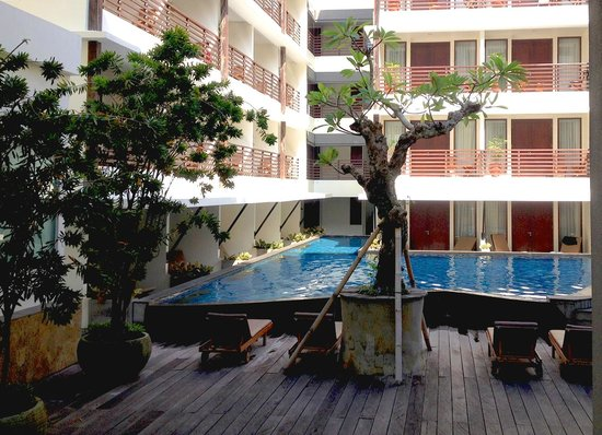 Sun Island Hotel Kuta: Piscina e quartos voltados internamente
