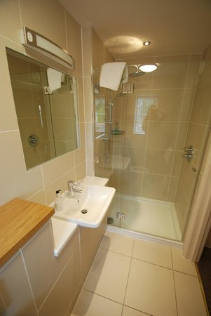 Hotel Ryde Castle: The very new and modern shower