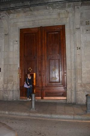 Barcelona 4 Fun Hostel: tür in der tür - eingang hostel