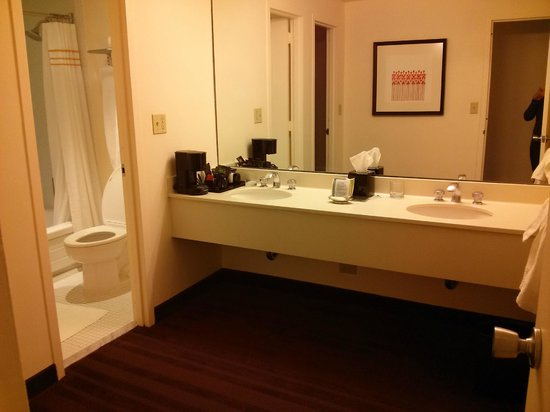 Washington Plaza Hotel: From entrance into bathroom