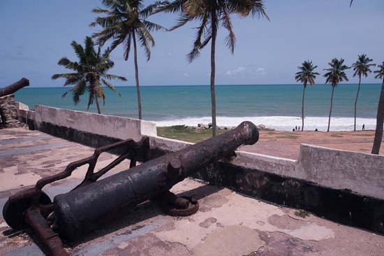 Elmina Castle: old canons on the castle