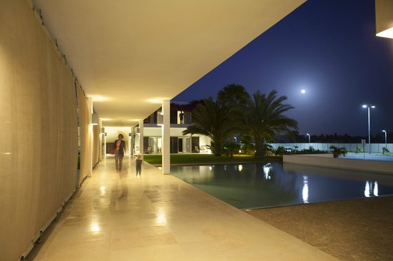 Hotel Dunas de Sal : Hotel entrance by night