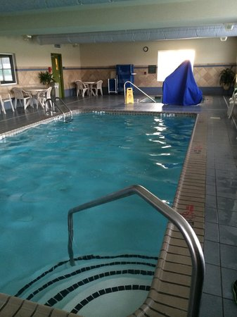 Comfort Inn & Suites Dover: Pool (3-5 ft depth w/ disability access equipment) & hot tub