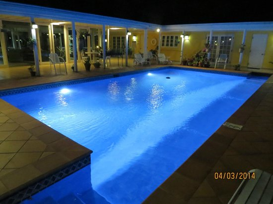 Polkerris Bed and Breakfast: Swimming pool in the night