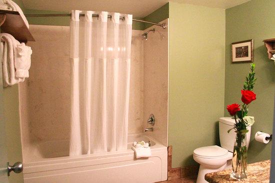 Brookstown Inn : Newly Remodeled Bathroom