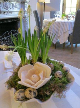 La Malle Poste Rochefort : Easter table display