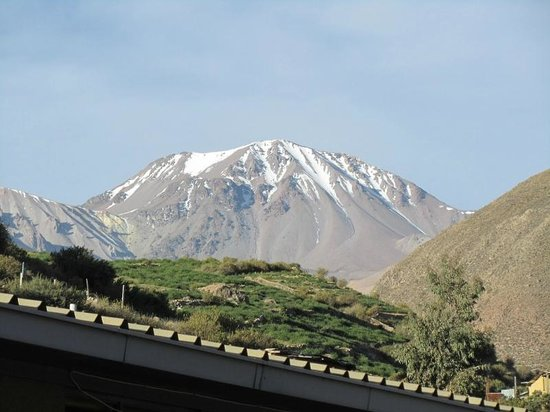 Hotel Las Vicunas : View from bath window Taapaca Volcano 19,226 ft