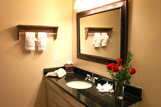 Brookstown Inn : Newly Remodeled Bathrooms