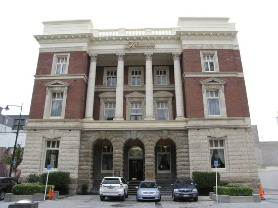 Heritage Christchurch: A view of the front of the hotel. It's possible to park right outside.
