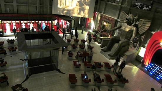 Musée national du cinéma (Turin) : Put your feet up for a few minutes after a long wait to get in.